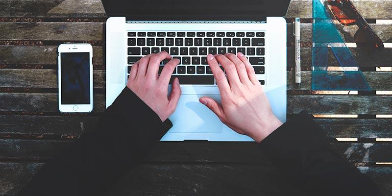 パソコンでタイピングしている人