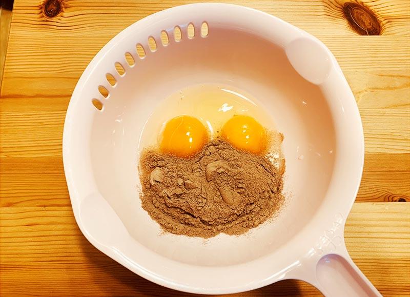 ボウルに卵2つとプロテインパウダーを投入