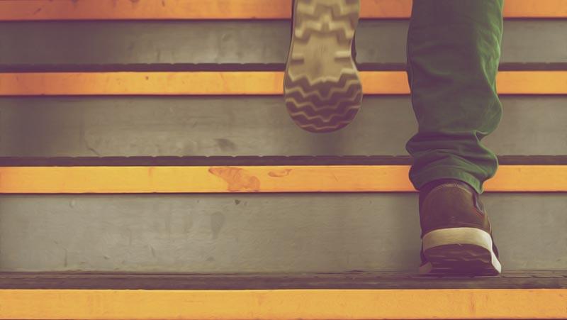 デザイナーへの階段を登っている男性