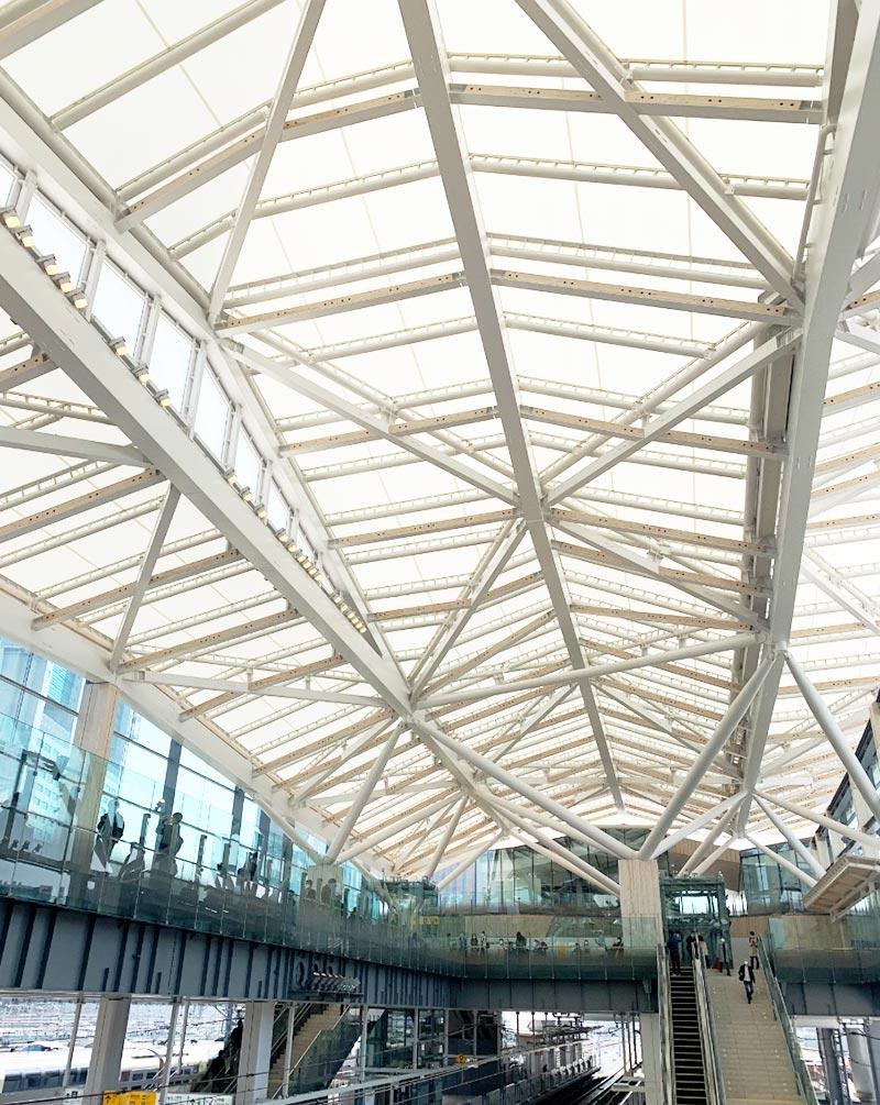 「高輪ゲートウェイ駅」の開放的な天井
