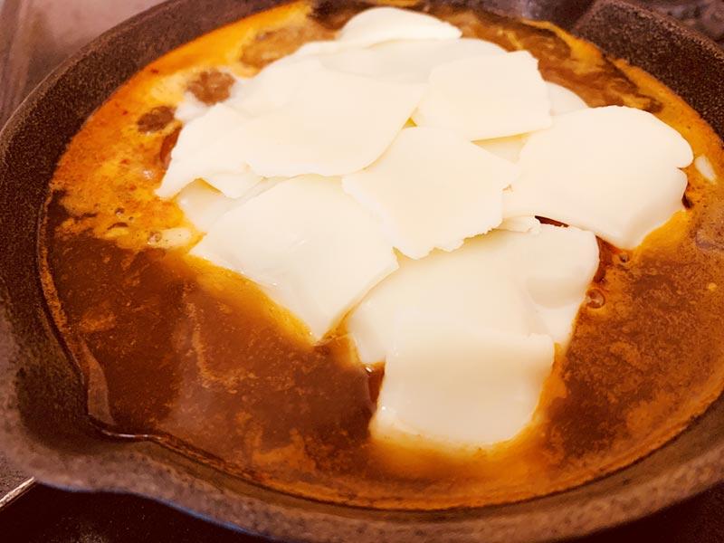 チーズ入りトッポギにチーズをちぎって投入